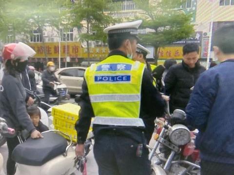 汕头有人没戴头盔还逆行,交警上路作整治