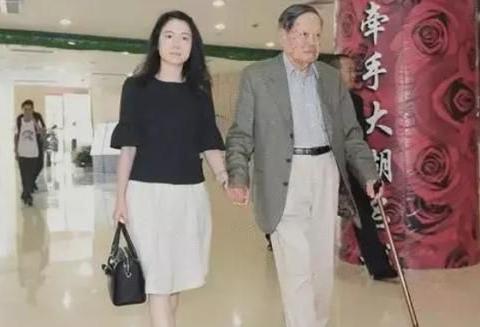 97岁杨振宁比岳父大20岁,见面不喊爸爸,3个字称呼令人称赞!