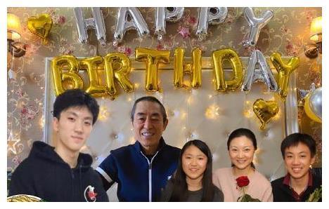 张艺谋庆祝70岁生日,妻子为其P图晒全家福,幸福之家