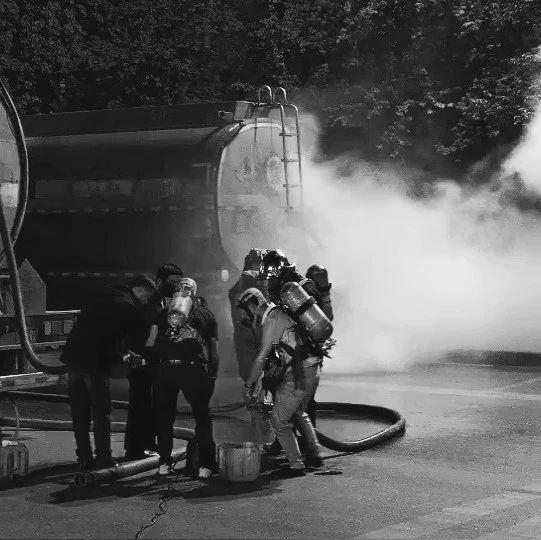 冷却、喷淋稀释、沙土堵截…本报直击安宁有毒化学品槽罐车泄漏处置现场!