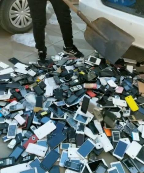 一男子在车后备箱铲出500个智能手机,有何用途呢?