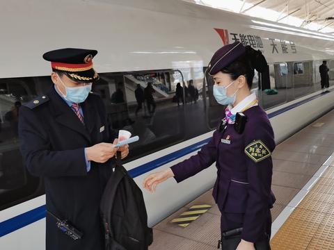 马大哈旅客 高铁车厢遗忘笔记本电脑 以及价值万元现金和超市卡