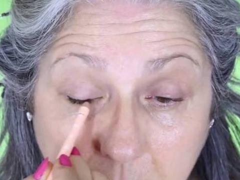 老太展示高超化妆术,化完像是年轻20岁,青春永驻太简单了
