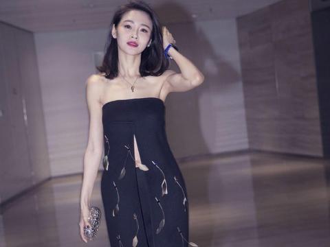 于明加秀身材有一招!开叉抹胸裙秀平坦小腹,优雅高贵不失小性感