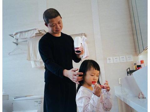 姚晨老公曹郁为女儿茉莉吹发,小茉莉低头摆弄玩具十分乖巧可爱