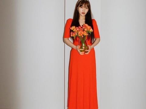 她是红色天鹅绒组合的Joy,穿红色连衣裙配发箍,复古明艳