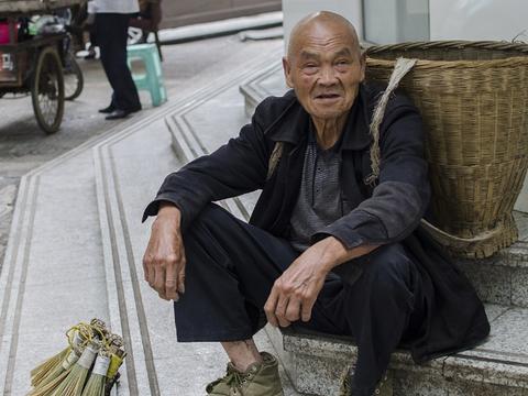 80岁老人步行20里上街卖竹制品,5元一件就为混个日子换点盐钱