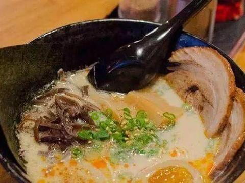 中国游客在日本吃拉面,特地嘱咐老板肉要大一点,端上来惊呆了