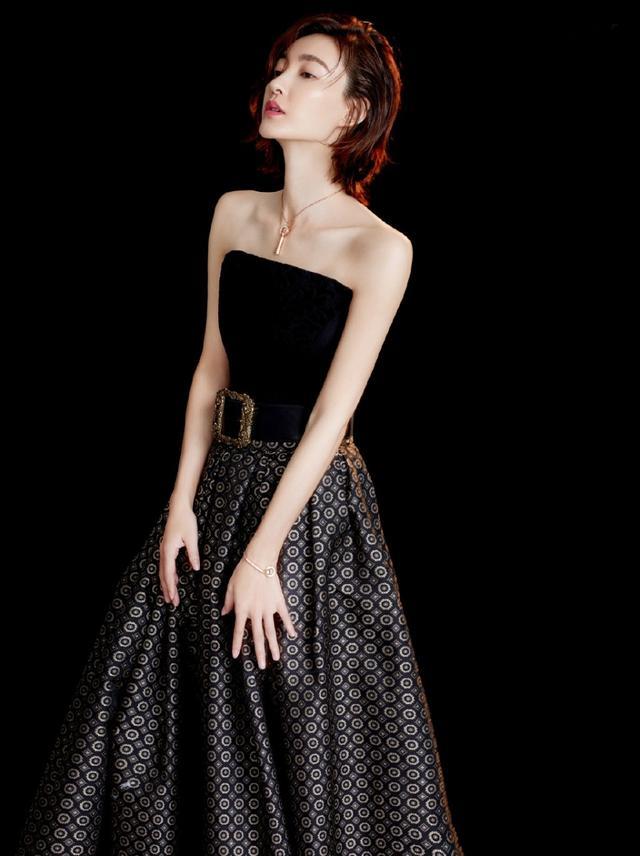 """35岁的王丽坤穿上红裙秒变""""小腰精"""",大气明媚的样子太美了"""
