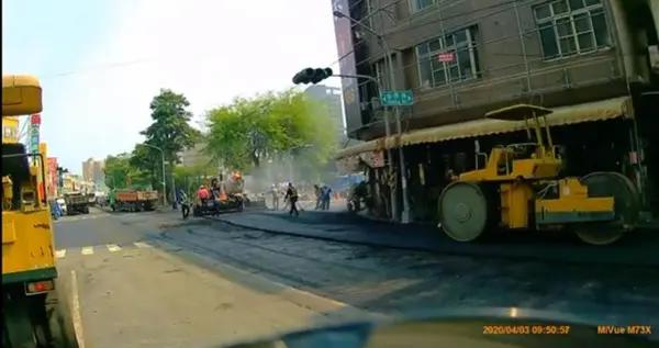 高雄市政府团队清明假期还在忙着铺路 台网友:感动
