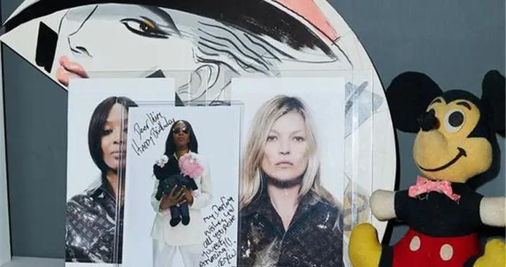 Dior最有名的设计师,还是个收藏家?但这米奇娃娃是不是盗版啊~