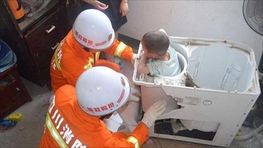 山东:四岁熊孩子被卡洗衣机,淡定点赞:消防员是大力士 DV现场