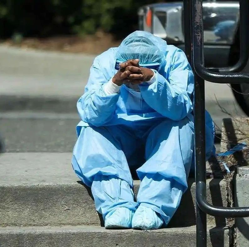 美媒披露纽约ICU医护困境:纸质保护套做防护服,出现症状却得不到检测