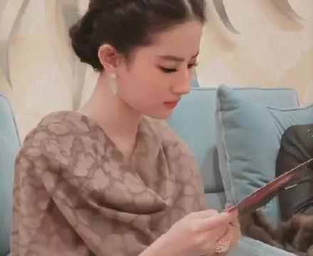 """""""神仙姐姐""""刘亦菲总是有一股特别的气质,披上简单披风,像公主"""