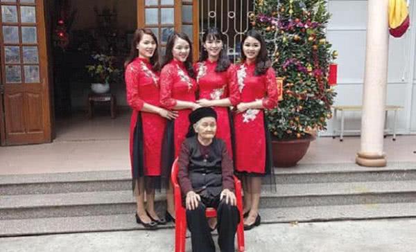 4胞胎姐妹因颜值高走红,体态玲珑气质佳,网友:跪求联系方式