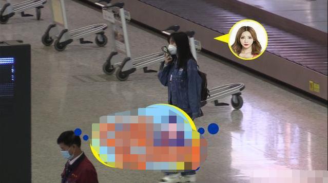 柳岩穿着打扮似学生妹,亲自推半米高行李箱接地气