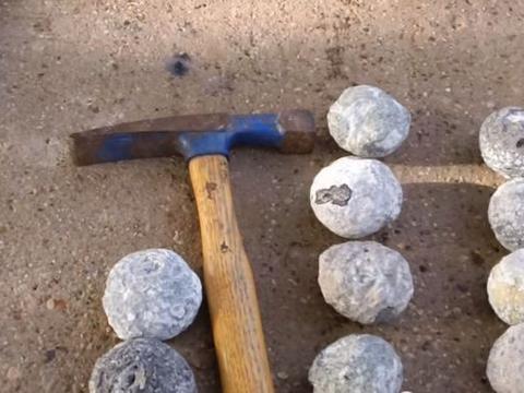 小男孩山上拾到一些圆石头,好奇拿锤子砸开后发现意外惊喜