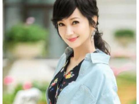 和赵雅芝相比,她才是真正的冻龄女神,与儿子同框俩人像情侣!