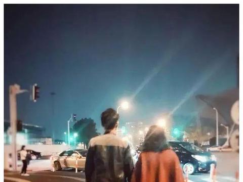 靳东老婆李佳晒二人浪漫牵手照,网友:嫂子这是在默默撒狗粮啊!