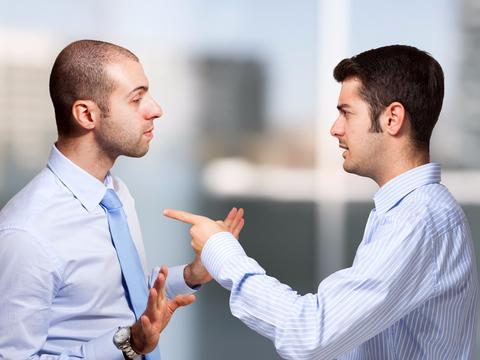 同事报复心越重,越容易有3种特质,不要轻易接近