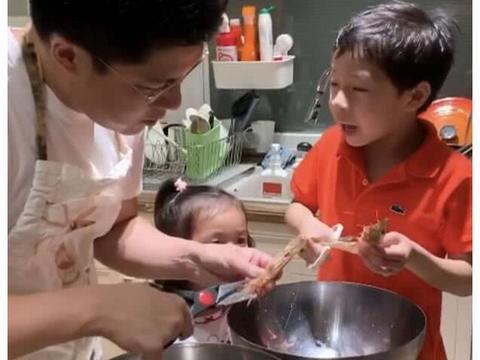 霍启刚让儿子学习做咖喱虾,厨房首曝光,面积体现出家庭状况?