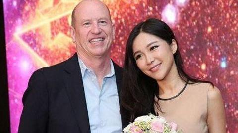 中国NBA女主播的鼻祖,睡够53岁老外半年分手,想找中国男人接盘