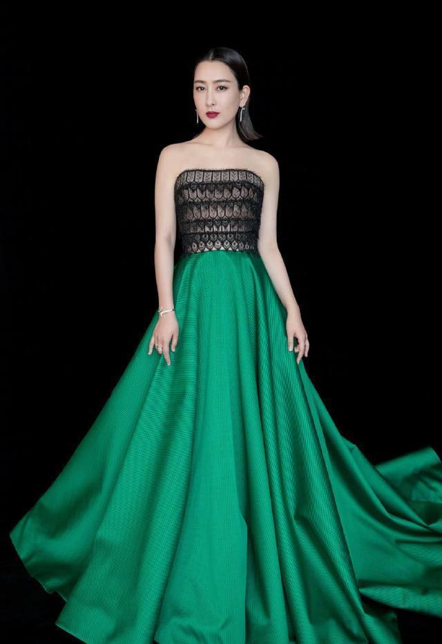 马苏黑丝加绿色长裙现身活动,烈焰红唇性感无比,真是风情万种