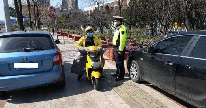 崂山交警提高警力投入 加大快递送餐车辆违法行为整治力度