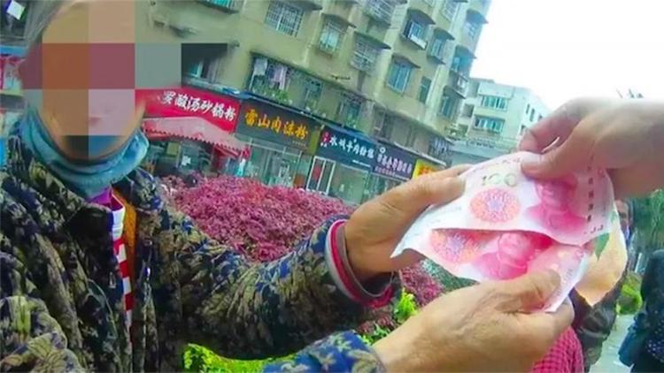 """凯里7旬阿婆卖菜收到假币,急得喊""""帮帮我"""",民警做法让人感动"""