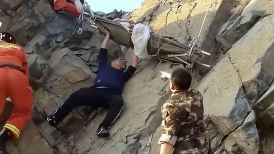 传奇故事:女子被困崖底,救援人员用身体顶住担架,将她送上去