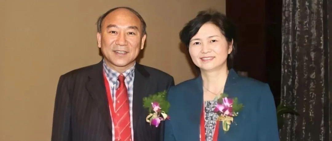 李兰娟返杭,丈夫撑伞接机:这对院士夫妻,让我看到了爱情最美的样子