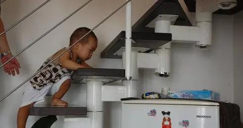 为什么会走路的宝宝下楼梯,总是手脚并用地爬?视崖实验了解一下