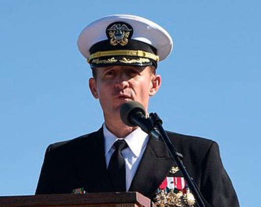吹哨舰长被解职遭猛批,特朗普暗示可能让其复职,对其一顿猛夸