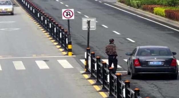 男子路口突然停车,而他接下来的举动,却让人为他竖起大拇指