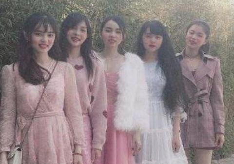 """越南父母晒6个女儿美照,被网友怒批""""炫富"""",父亲:嫁不出去啊"""