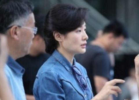春晚当红主持,董卿周涛事业家庭双丰收,而她43岁却至今未婚!
