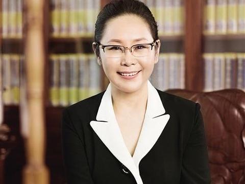 """丈夫跳楼,她""""临危""""继承70亿,12年后赚回320亿,成上海女首富"""