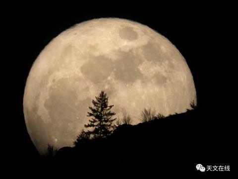 """为什么明天的超级""""粉红""""月亮如此特别?天文学家的回答让人意外"""