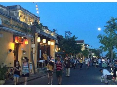 越南大街上,成捆人民币被当众摆在街头,为何没人敢拿?涨知识了