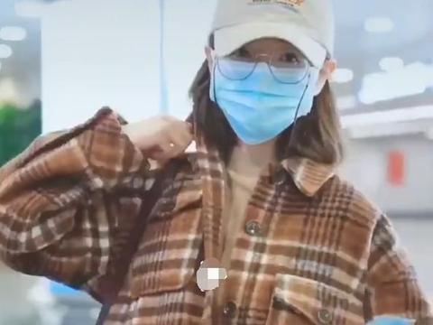 万茜身穿格子外套现身机场,造型简约大方,非常文艺清新!