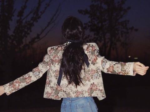 欧阳娜娜深夜玩街拍,坐姿奔放表情享受,完全没有明星偶像包袱