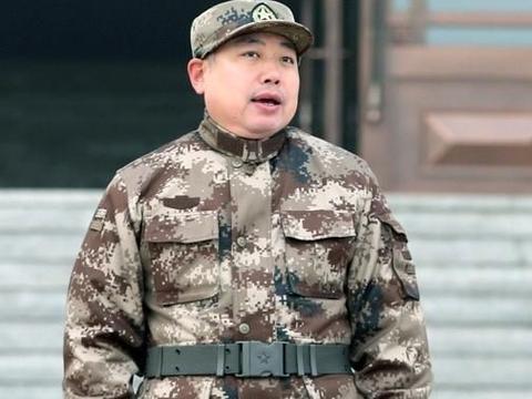 探讨:国乒进行军训成果汇演,为何不选小胖而选马龙许昕当旗手