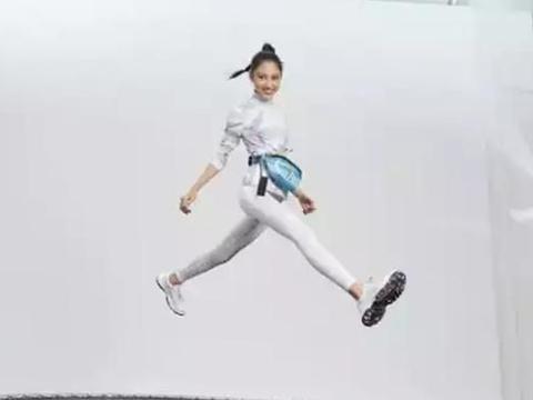 任达华15岁女儿拍广告,造型太青春,一身运动服饰活力满满
