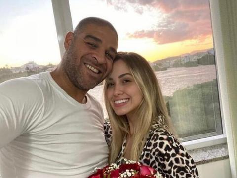 38岁巴西足球悍将,退役后混迹贫民窟,与21岁美女热恋,羡煞旁人