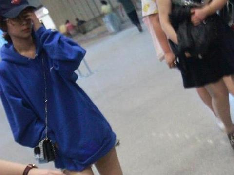 原来杨紫曾经也瘦过!蓝色卫衣下衣失踪长腿抢镜,时尚感爆棚