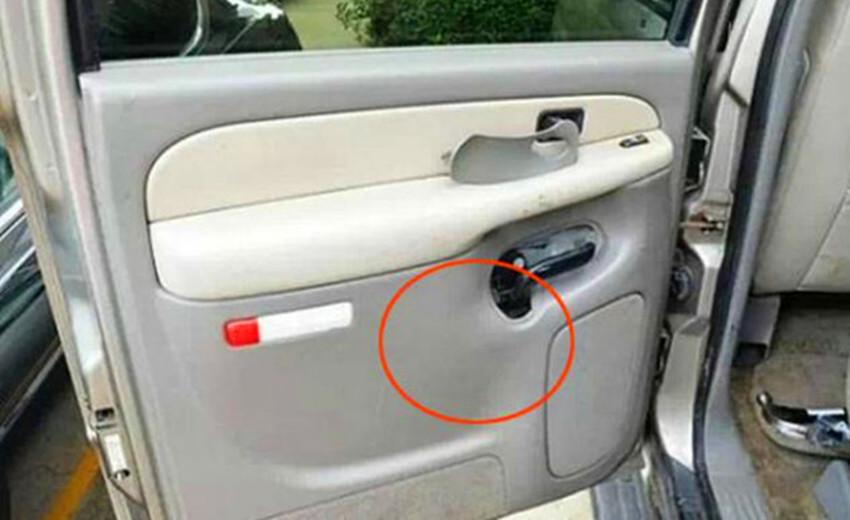 男子买了一辆二手车,发现车门内有异常,拆开检查后顿时不淡定了