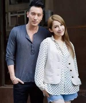 王阳明妻子产后首庆生,女儿戴头巾萌态可爱,一家三口幸福温馨