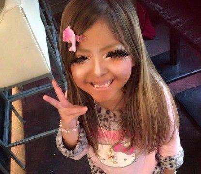 日本年轻辣妈每天浓妆艳抹,还对女儿做一事,被网友怒骂还很开心