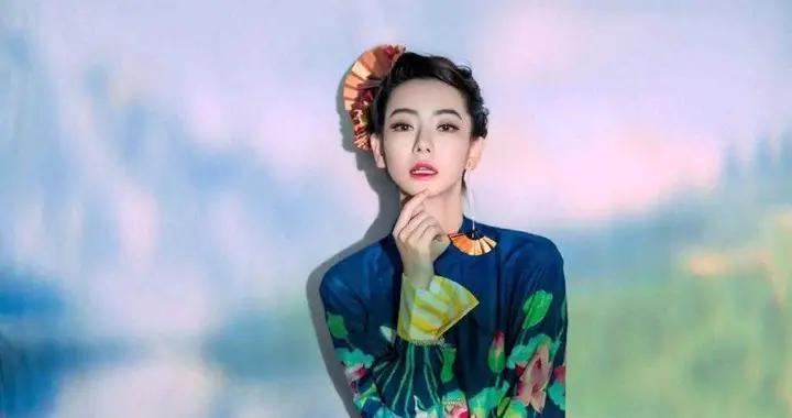 """戚薇这一身穿搭很""""国潮""""风,印花连衣裙简约时髦,意外高贵典雅"""