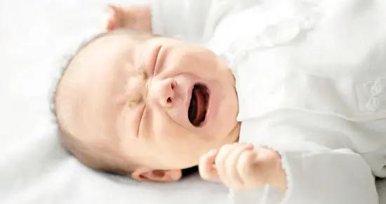 """熟睡的宝宝忽然开始哭闹?可能不是做噩梦,""""儿童夜惊症""""要了解"""